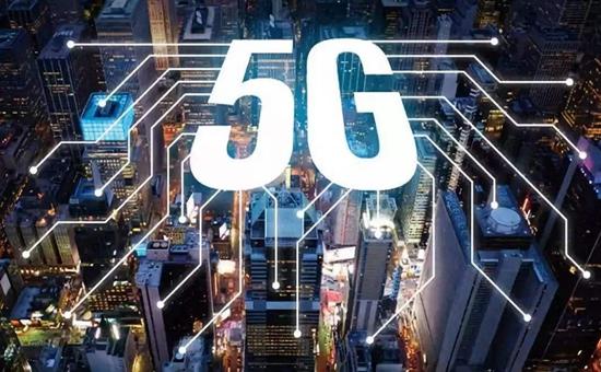 一秒钟可下载一部高清电影,最高下载速率是4G的数百倍;开启万物互联时代,每平方公里可连接100万台设备,是4G的近百倍;提供接近100%的可靠性保证,引爆自动驾驶、移动医疗、工业互联网等垂直行业应用……中国进入5G时代,未来5年5G网络投资将超万亿,带动经济总产出超10万亿。