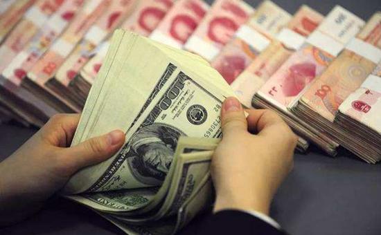 """8月5日,在岸、离岸人民币兑美元汇率11年来首次双双破""""7"""",人民币汇率""""7""""引起了社会热议。对此,央行、外管局表示:人民币汇率短期波动由市场决定。"""