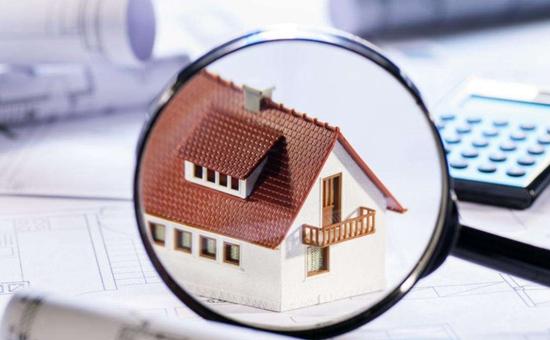 """对房地产开发商来说,九月和十月向来是销售旺季,重要性远远高过三月和五月所谓的""""小阳春""""。可以说,金九银十的市场形势,将决定一整年的业绩。近几个月以来,房地产市场成交冷淡是房地产开发商降价促销的原因之一。"""