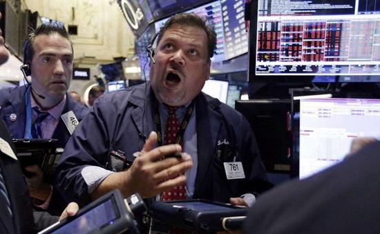 在全球经济动荡加剧的时候,为什么越不要放弃美国股市?市场波动,许多人选择了债券作为避风港,导致全球国债收益率在前段时间不断出现新低,特别是在美国、德国等。尽管如此,马里兰大学经济学家Peter Morici的观点认为,精明的长线投资者会倾向选择股票投资。