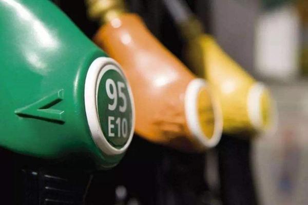 """今日油价调整最新消息:今日2019年10月31日,星期四,又快到国内成品油调价窗口开启的时间了。新一轮国内成品油调价为期十个工作日的计价周期已经过去了8个工作日,自2019年10月份以来我们迎来油价一次搁浅一次下调后,本轮成品油调价开局冲向""""11月份首次下调""""势头强劲,但跌势却没能延续,也许年内第22轮成品油调价开启时国内油价将面临上调?"""