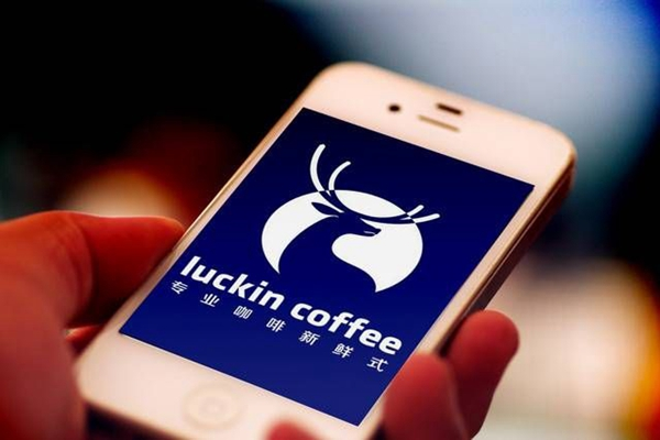1月13日,瑞幸咖啡发布2019年第三季度财报。报告期内,瑞幸总净收入15.41亿元,同比增长540.2%,其中来自产品的总净收入14.93亿元,同比增长557.6%。然而另一方面,瑞幸净亏损5.3亿元,亏损幅度扩大6.2%。上线仅两年之久的瑞幸咖啡,决心在今年赶超星巴克,成为中国最大的连锁咖啡品牌。