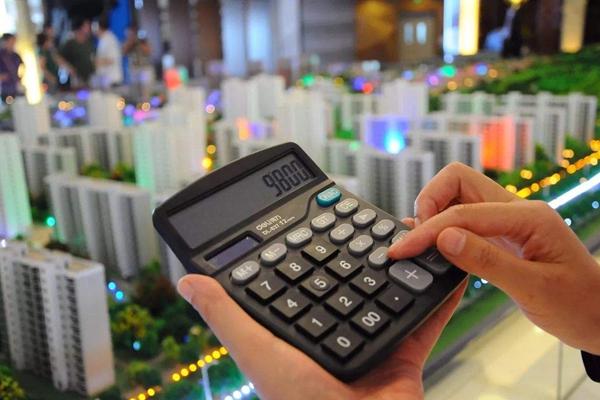 """年关节点,楼市调控政策的任何一个动向都牵动着开发商尤其是购房者敏感的神经,这对于堪称""""楼市调控最严的二线城市""""长沙也不例外。长沙楼市在经历一轮地价上涨过后,房地产开发商拿地意愿不高,土地市场正面临压力,此时长沙或以保地价来稳定土地市场。"""