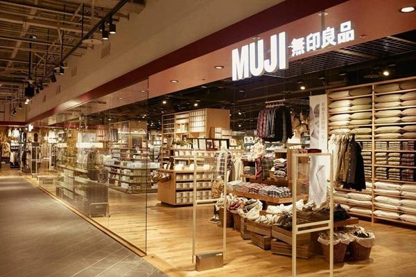 无印良品要通过进军家装在中国市场开始讲新的故事了。上海无印良品8年来利润首降,曾多次被媒体曝质量问题。无印良品官方网站公示:2019年12月21日起,无印良品开始在中国市场涉足家装业务。